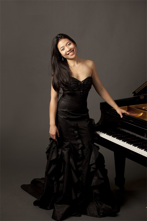 Joyce Yang. Her playing is equally showy. Photo: Larry Ford.